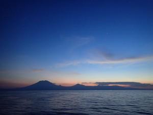 写真1:ロンボク海峡から見たバリ島