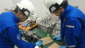 培養装置での作業。温度・圧力が高いので、安全対策をしっかりして作業を行います。