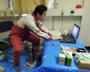 慎重に温度データをロガーから吸い出す(株)マリンワークジャパンの木戸さん。