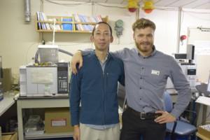 写真1:微生物学者として乗船しているLorenzo Lagostina氏(右)と堆積学者として乗船している著者(左)。