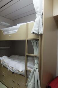 左:居室の二段ベッド