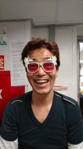 ユニコーンメガネをかわいい女の子にかけさせられている高井博士 (photo by Catriona Menzies)