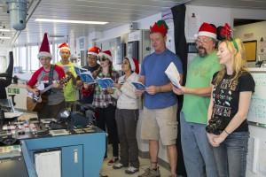 エンジンルームで歌うコーラス隊。日本からの乗船研究者、静岡大学道林先生も大活躍!