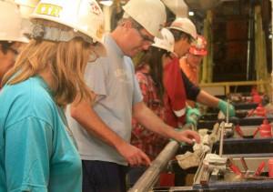 Geoff Wheat共同首席研究者が、上がってきたコアの中で、蛇紋岩深部流体の化学成分解析に最も適した場所を最初に選び、それに伴い、その他のメンバーのサンプル採取の場所が決まっていきます。(Photo by Kristen C. Weiss)
